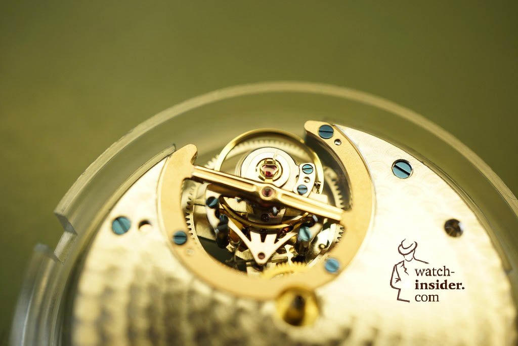 … when mounted in the movement it looks like this …