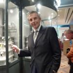 Impressionen von der Munichtime 2012. Rudi Kreuzberger bei den Wahlvitrinen zur Wahl der Uhren des Jahres. Hier kann jede Uhr in natura bewundert werden.